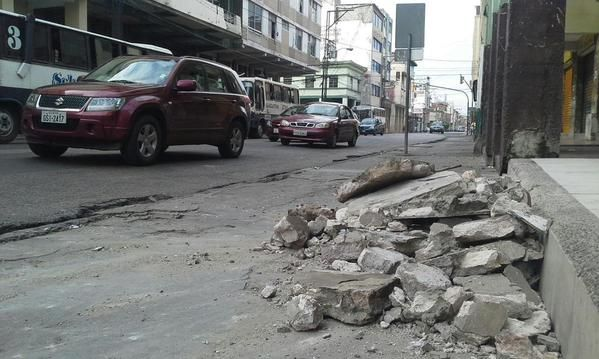 """El IG aseguró que tiene """"reportes de casas cuarteadas en la zona de Guayaquil, cables y objetos caídos""""."""