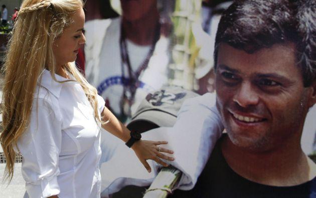 Lilian Tintori frente a una pancarta en apoyo a su esposo, Leopoldo López. Foto: REUTERS
