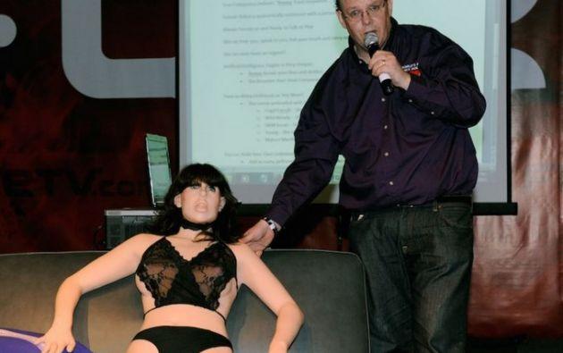 El inventor Douglas Hines junto a Roxxxy, la primera robot sexual.