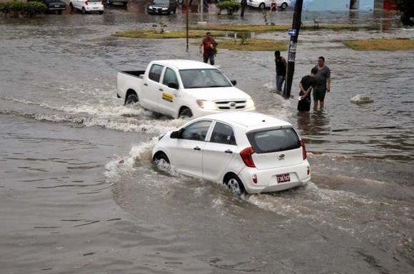 """En áreas de La Habana Vieja tuvieron que ser evacuadas 151 personas en medio de """"severas"""" obstrucciones al tráfico. Foto: Granma (Cuba)."""