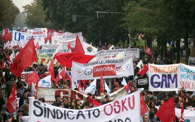 Manifestantes en la marcha por el Día del Trabajo en Santiago de Chile. Foto: REUTERS
