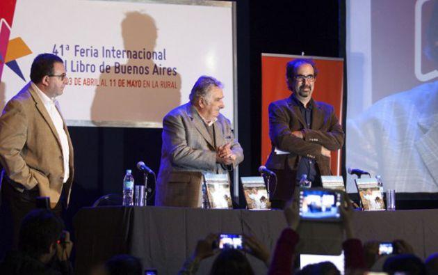 """El libro """"Una oveja negra al poder"""", escrito por dos periodistas uruguayos, se agotó en apenas unas horas en la Feria del Libro de Buenos Aires. Foto: AFP"""