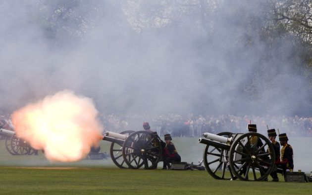 Las Tropas del Rey de la Real artillería montada dispararon 41 cañonazos en el céntrico parque londinense. Fotos: AFP
