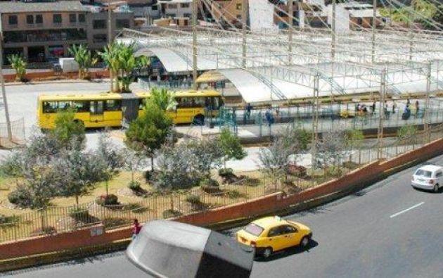 En total son 344 buses interparroquiales de 11 líneas que llegan a Quito y de ellos, ya 27 han sido sancionados por incrementar los pasajes. Foto: Ecuavisa.com