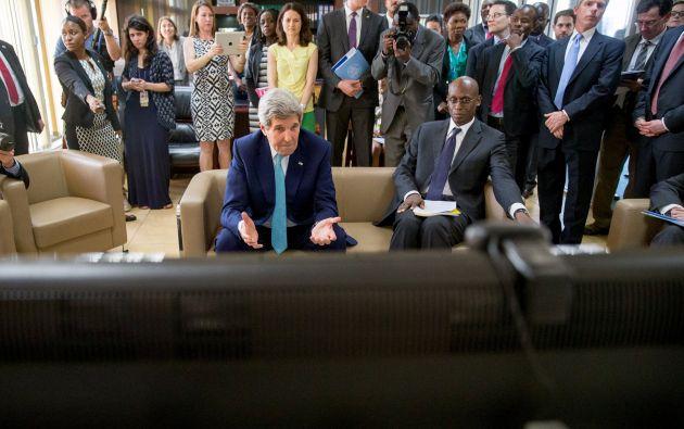 El Secretario de Estado de EEUU, John Kerry, junto a un representante de la ONU, habla con un grupo de jóvenes somalís refugiados en el Dadaab Camp. Foto: REUTERS.