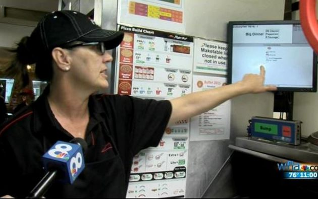 Los empleados de un restaurante de Pizza Hut se percataron que en los comentarios del encargo venía un extraordinario mensaje. Foto: WFLA.