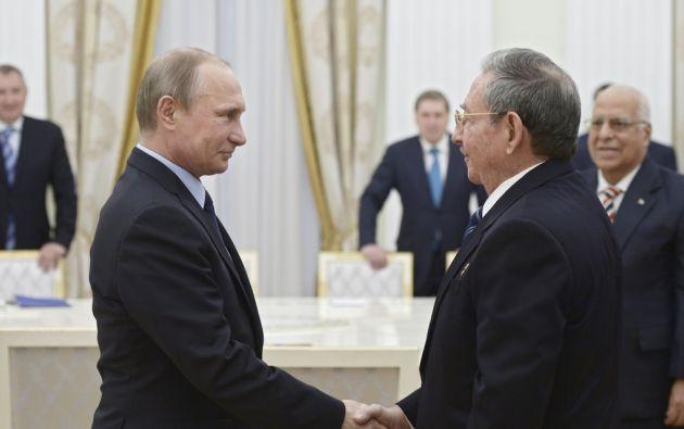 Vladimir Putin y Raúl Castro ante de su reunión en el Kremlin. Foto: REUTERS