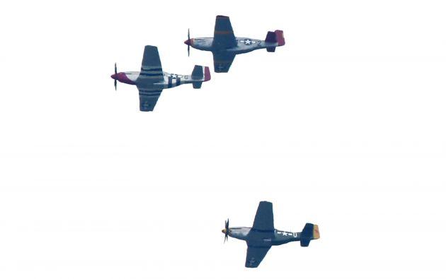 Para conmemorar el Día de la Victoria, decenas de aviones militares de la Segunda Guerra Mundial volaron sobre el National Mall. Foto: REUTERS.