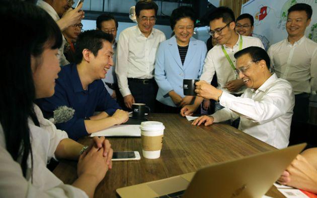 """Según el diario China Daily, con su visita a Inno Way, la """"calle de la innovación"""" de Pekín, Li reafirmó la apuesta del régimen comunista por la creación de nuevas empresas tecnológicas. Foto: China Daily."""
