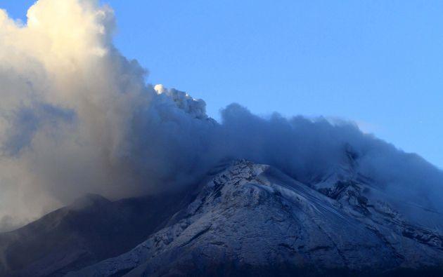 Vista general del Calbuco, botando humos y ceniza. Foto: REUTERS.