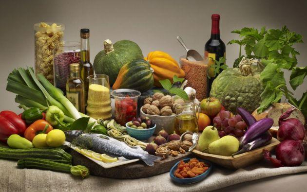 Las personas que siguen esa dieta complementada con aceite de oliva virgen extra o frutos secos tienen una mejor función cognitiva que las personas asignadas a la dieta control.