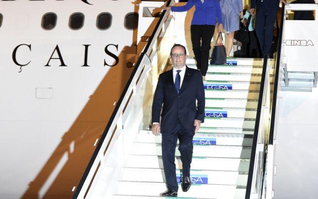 Francois Hollande a su arribo al aeropuerto internacional José Martí de La Habana. Foto: REUTERS
