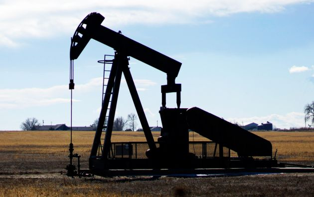 El crudo pasó de cotizarse a 100 dólares a 50 dólares desde mediados de 2014. Actualmente el barril ronda los 60 dólares. Foto: REUTERS
