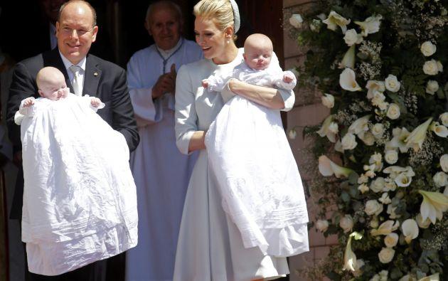 Los pequeños, vestidos de blanco para la ocasión, nacieron el pasado 10 de diciembre en el hospital Princesse Grace de Mónaco y fueron presentados públicamente de manera oficial el 7 de enero. Fotos: REUTERS.