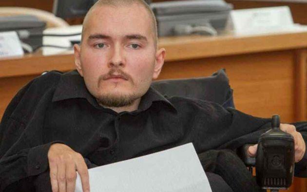 Una atrofia muscular espinal mantiene al ruso Valeri Spiridónov postrado en una silla de ruedas.