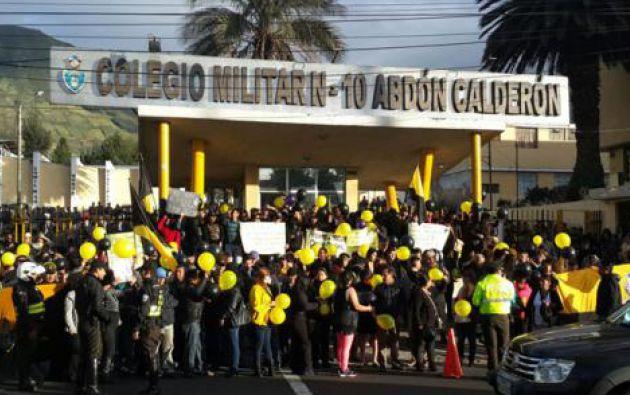 Con carteles, globos y banderas, los padres se concentraron en las afueras de la institución desde las 6:00 para manifestarse en contra de la decisión.