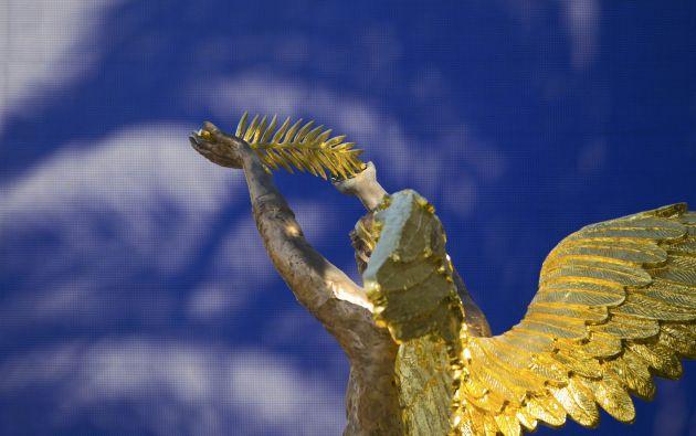 Una estatua sostiene el Palme d'Or.