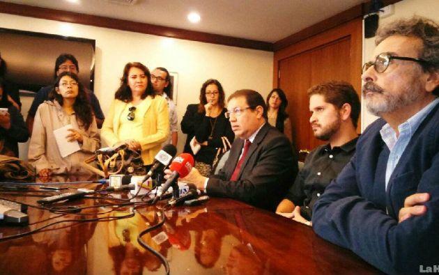 Luis Vivanco, editor general de La Hora y sobrino del dueño del periódico, dio una rueda de prensa para expresa la postura del medio. Foto: Diario La Hora.