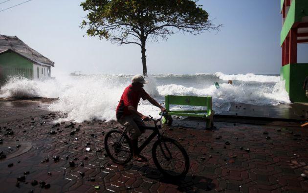 Una ola golpea con fuerza en el malecón La Libertad de El Salvador. Foto: REUTERS