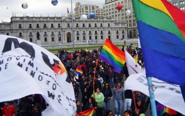 La bandera arcoris se izó hoy en 37 municipios chilenos, 10 embajadas, 16 sedes del Instituto Nacional de la Juventud (Injuv).