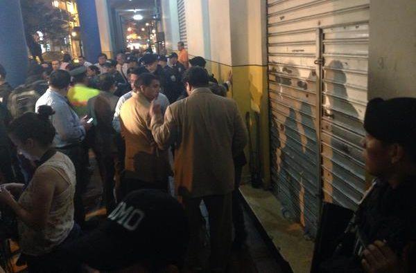 Agentes de la Policía y Fiscalía durante el allanamiento ocurrido a la matriz del FCME, ubicada en las calles Roca y Rocafuerte.