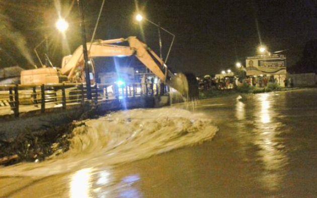 Maquinaria municipal retiró palos y maleza de las bases de los puentes, para evitar que colapsen. Foto: Twitter / Secretaría de Riesgos.