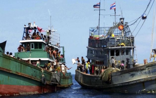 Pescadores tailandeses ayudan a migrantes en un barco a la deriva frente a la costa de Tailandia. Foto: REUTERS