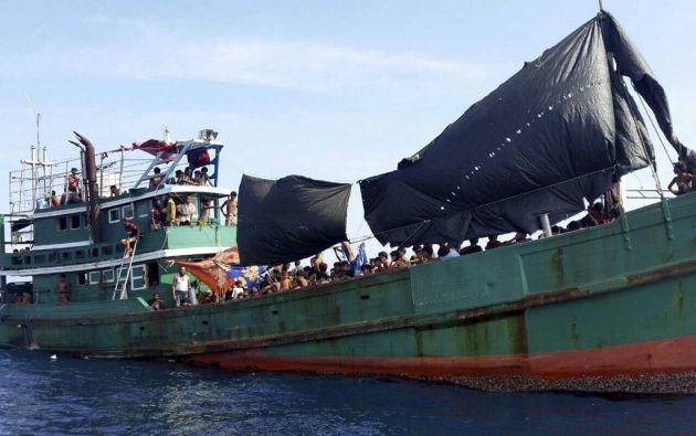Un barco con cientos de migrantes a abordo permanecía a la deriva luego de que fuera rechazado su permiso para desembarcar. Foto: REUTERS