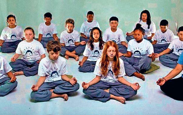 Antes que nada. Los alumnos de la Escuela Estatal de Enseñanza Media Mariz e Barros, en Porto Alegre, meditan diariamente previo a la jornada de clases.