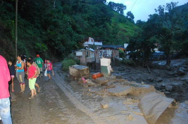 Al lugar han sido enviadas unidades de bomberos de otros municipios cercanos para avanzar con rapidez en la remoción de escombros. Fotos: Twitter.