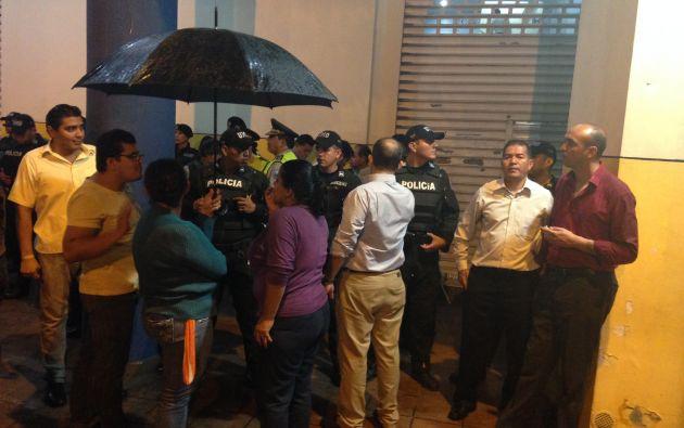 Un grupo de maestros protestó durante el allanamiento del FCME en Guayaquil. Foto: Archivo.