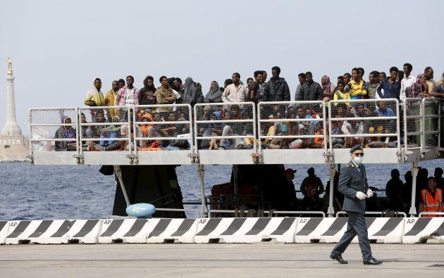 Migrantes esperan a desembarcar de un barco de la Estación de Ayuda al Migrante por Mar, en el puerto de Messina, en Sicilia. Foto: REUTERS.