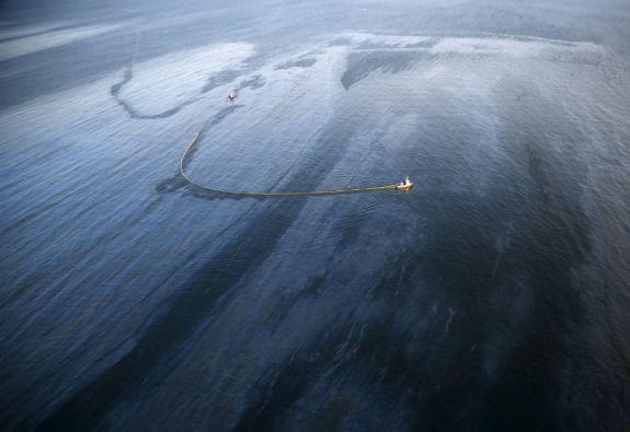 El vertido de crudo se extendió por más de 6 kilómetros mar adentro. Foto: REUTERS