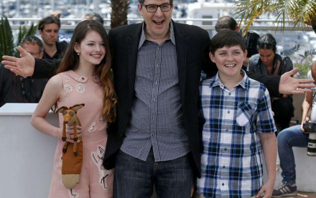 """El director de """"El Principito"""", Mark Osborne, junto a los actores Mackenzie Foy y Riley Osborne en Cannes. Foto: REUTERS"""