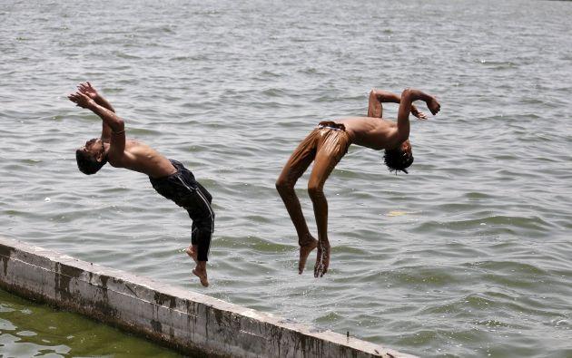 Un par de niños se echan al río Sabarmati, en Ahmedabad, para refrescarse. Foto: REUTERS.