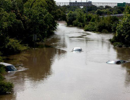 Las inundaciones cubren varios coches en Houston, Texas. Foto:REUTERS
