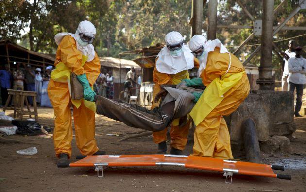 Miembros de la Cruz Roja francesa ayudan a un paciente posiblemente contagiado con ébola en Guinea. Foto: Archivo / REUTERS.