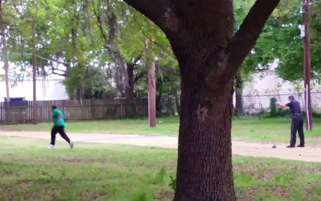 Una captura de video muestra al exagente disparando a Walter Scott. Foto: REUTERS.