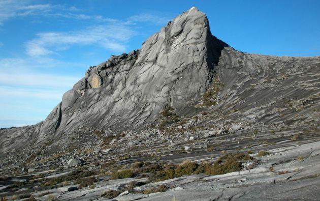 El pasado 30 de mayo, diez turistas, incluidos dos canadienses, dos holandeses y un alemán, decidieron celebrar que habían llegado a la cumbre del Kinabalu quitándose la ropa y haciéndose fotografías.
