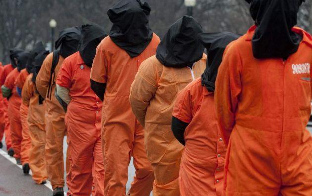 Uno de los métodos de tortura era la alimentación por la vía rectal, administrada a presos que estaban en huelga de hambre y para demostrar dominación sobre el recluso.