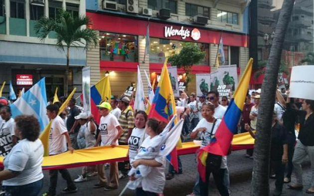 La manifestación de la oposición, convocada por líderes opositores como Guillermo Lasso, avanza por la avenida 9 de Octubre. Foto: Twitter.