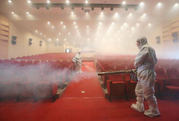 Trabajadores sanitarios desinfectan por completo un salón en Seúl. Foto: REUTERS