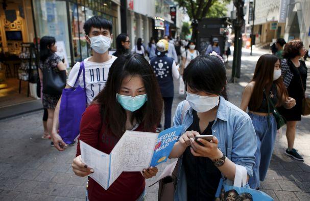 En Asia, el uso de mascarillas es signo de buena educación, e incluso se ha convertido en un accesorio más del vestuario. Foto: REUTERS