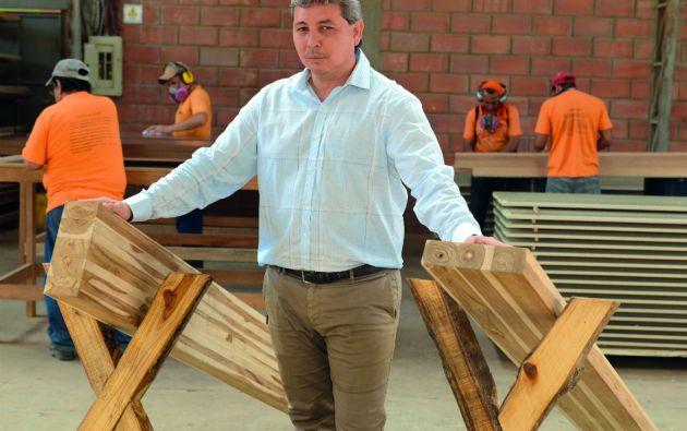 Orlando Zambrano reconoce que su proyecto de productos terminados con teca aún no es rentable, pero prefiere apostar desde ahora. Foto: César Mera