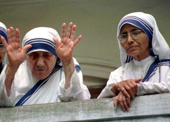 La hermana Nirmala (der.) junto a Teresa de Calcuta.
