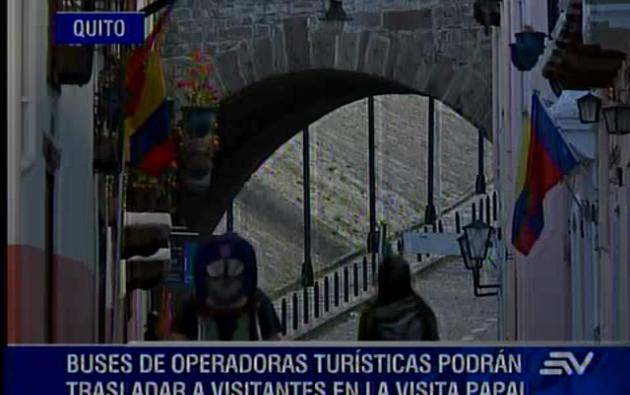 Cien salvoconductos se concederán a los buses de operadoras turísticas para trasladar a los visitantes durante los días que el papa Francisco estará en Quito.