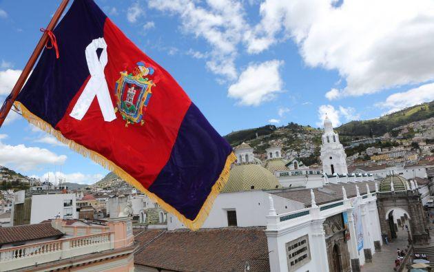 Rodas propone que esta bandera se exhiba desde este sábado en la minga convocada para limpiar la ciudad. Foto: Facebook / Mauricio Rodas.