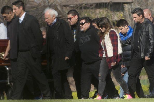 Maradona acompañado de sus hijas al velorio de su padre. Foto: AFP