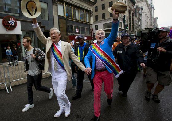 Los actores Ian McKellen y Derek Jacobi encabezaron el desfile. Foto: REUTERS