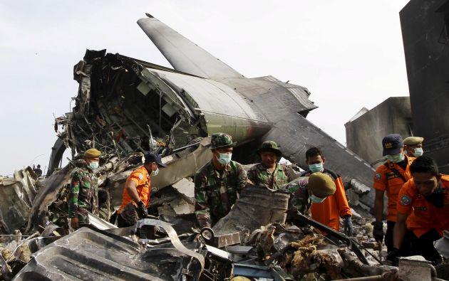 El aparato (un Hércules C-130) se estrelló poco después de haber despegado de una base militar de Medan. Foto: REUTERS